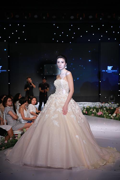 Tham gia trình diễn ở một triển lãm cưới diễn ra ngày 15/8 vừa qua, người mẫu Huyền Thư như hoá nàng công chúa trong bộ soiree bồng bềnh của nhà thiết kế Phương Nguyễn.