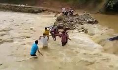 Người dân liều mình khiêng xe qua dòng nước lũ chảy xiết