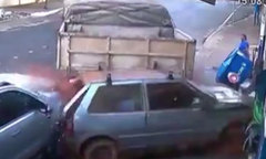 Xe container mất lái cày nát ôtô, húc đổ tường tiệm tạp hóa