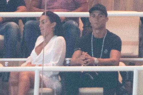Không ra sân do bị thẻ đỏ ở trận lượt đi, C. Ronaldo ngồi trên khu vực VIP xem các đồng đội thi đấu.