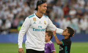 Bố con C. Ronaldo mừng Siêu Cup Tây Ban Nha