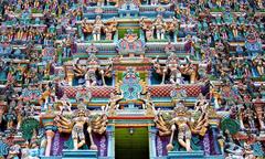 Ngôi đền thiêng được bao phủ bởi hàng nghìn bức tượng màu sắc