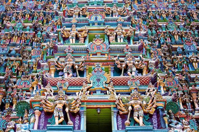 ngoi-den-thieng-duoc-bao-phu-boi-hang-nghin-buc-tuong-mau-sac-1