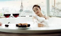 Quỳnh Thư sexy khi ngâm mình trong bồn tắm