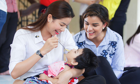 Hoa hậu Dominican ngưỡng mộ khả năng chăm sóc em bé của Phạm Hương