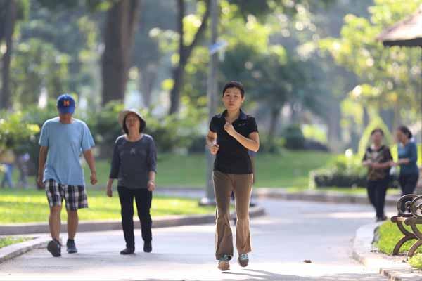30 phút đi bộ mỗi ngày có thể củng cố huyết áp và lượng đường trong máu, giảm nguy cơ mắc phải bệnh tim và cải thiện tình trạng stress.