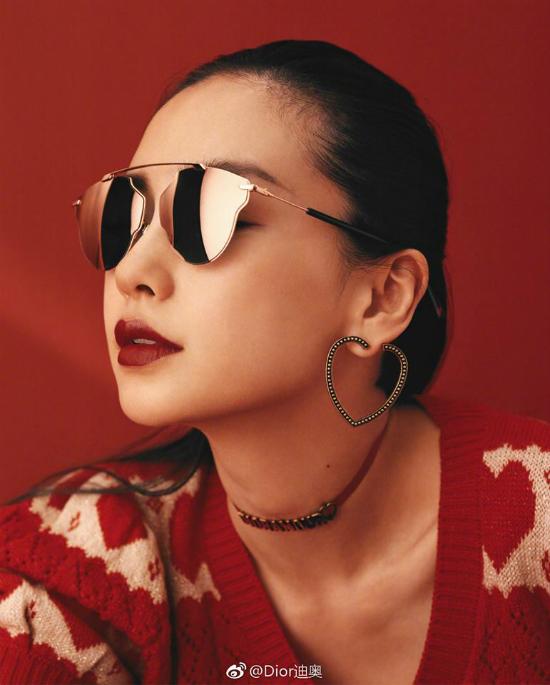 Bà xã của Huỳnh Hiểu Minh xuất hiện trên tạp chí thời trang số mới để quảng cáo cho một thương hiệu mà cô là gương mặt đại diện. Môi đỏ quyến rũ, da t