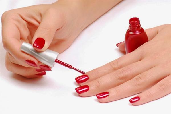 Nếu thích sơn móng tay, mẹ bầu nên chọn loại sơn không chứa hai chất trên và sơn với tần suất 1 lần 1 tuần thì có thể yên tâ