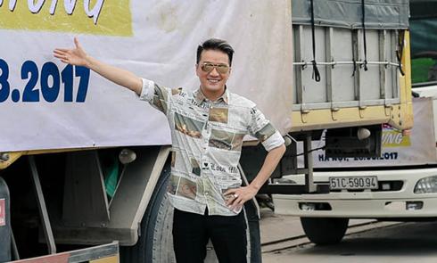 Mr Đàm thuê 9 xe tải lớn chở đạo cụ của liveshow ra Hà Nội