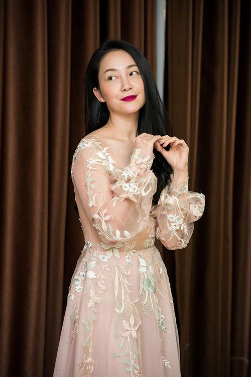 Chiều qua (19/8), Linh Nga đã đến showroom của NTK Phương Linh để thử lại trang phục cho show diễn giới thiệu BST thu đông 2017.
