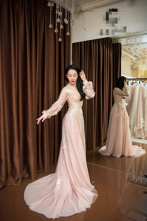 Với vẻ đẹp e ấp, mỏng manh, đậm chất Á đông, ntk Phương Linh đã chọn chim công làng múa làm nàng thơ cho BST này.