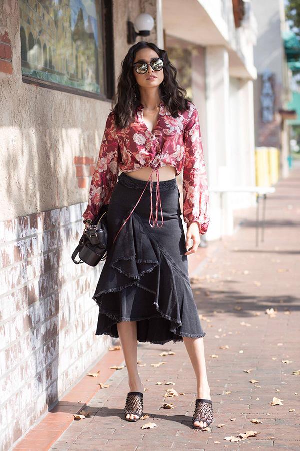 Áo hở eo hoạ tiết hoa đầy nữ tính được người đẹp kết hợp cùng chân váy