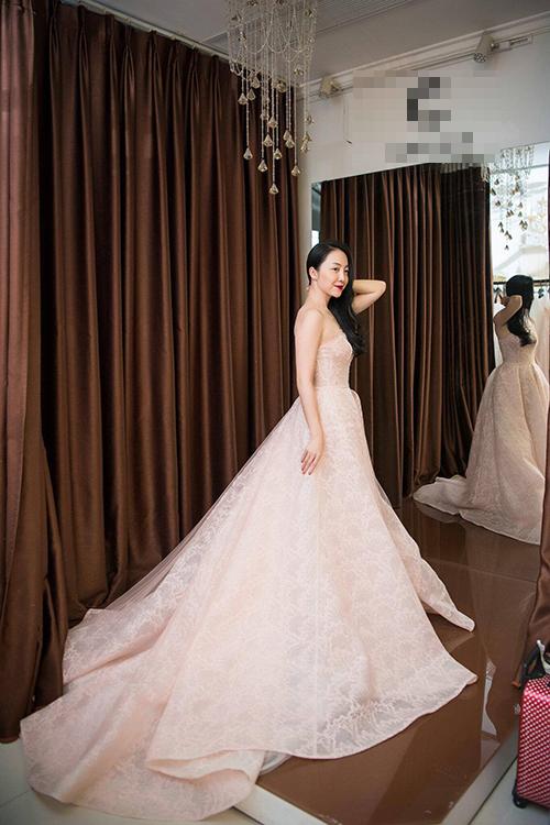 Dáng váy bồng giúp tôn lên vẻ đẹp nhẹ nhàng, nữ tính của cô dâu phương Đông, nhưng vẫn thể hiện được sự gợi cảm qua đường cắt nửa kín nửa hở ở ngực.