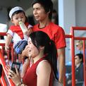 Bà bầu, trẻ em đội nắng đi cổ vũ tuyển nữ Việt Nam