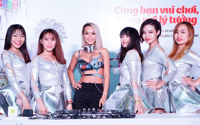 dj-king-lady-mac-sexy-het-co-choi-nhac-trong-su-kien-4
