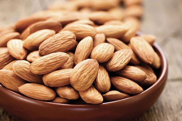 Hạnh nhân rất giàu vitamin A, ăn thường xuyên giúp làn da căng mịn và trắng sáng.