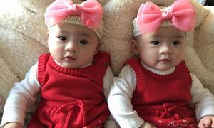 Màn vật tay 'bất phân thắng bại' của cặp song sinh 14 tháng tuổi