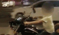 Bố bị bắt vì để con trai 6 tuổi lái môtô