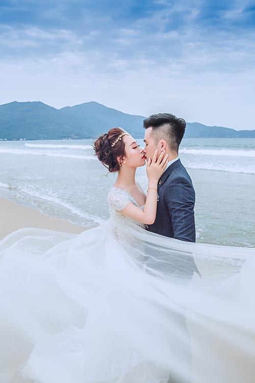 Cô dâu Lê Khả Dung hiện kinh doanh quần áo. Chú rể Nguyễn Mạnh Cường là trung uý công an.