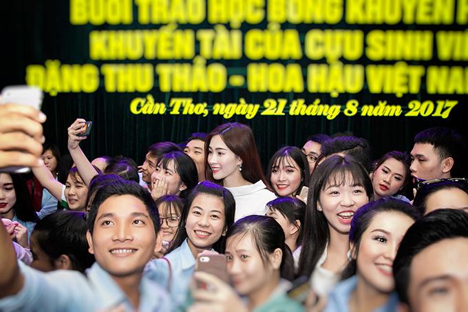 dang-thu-thao-chu-dong-lien-he-voi-truong-cu-de-tang-hoc-bong-cho-sinh-vien-ngheo-6