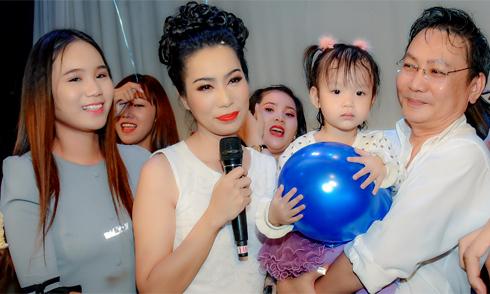 Trịnh Kim Chi xúc động đón tuổi 46 bên chồng và hai con gái