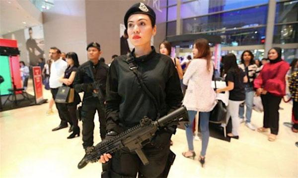 Hình ảnh nữ cảnh sát xinh đẹp đang đi tuần gần