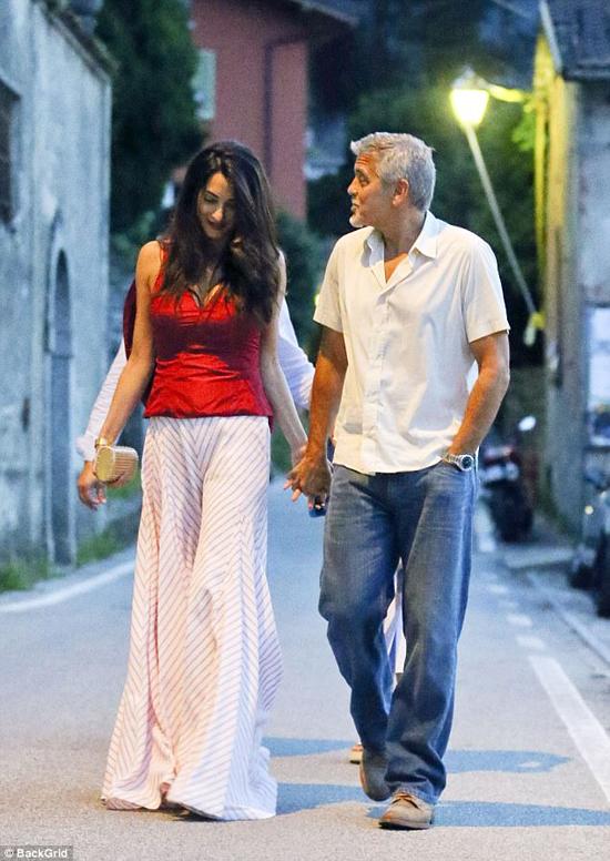 Sau khi rời khỏi khách sạn, đôi vợ chồng tay trong tay dạo phố.