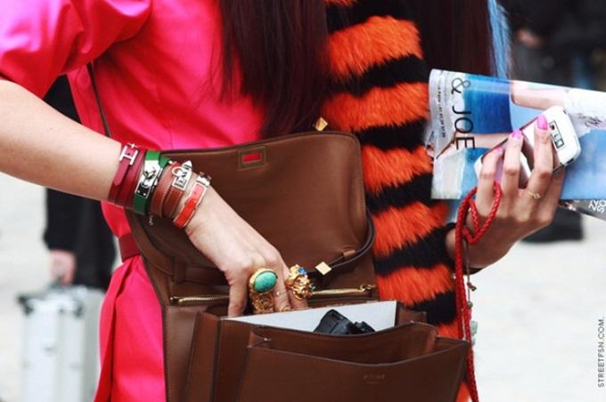 Có nhiều lý do để các fashionista ưu ái vòng tay Hermès. Đầu tiên, những phụ kiện này gắn với thương hiệu thời trang đình đám - Hermès. Giới mộ điệu chuộng những món đồ da cao cấp như túi xách, giày, và vòng đeo tay. Mang trên mình một món đồ Hermès đắt đỏ là cách giúp các fashionista thể hiện đẳng cấp.   Ngoài chất lượng, một trong những yếu tố khiến vòng Hermès được ưa chuộng là tính linh hoạt của chúng trong các công thức phối đồ. Tuy bé nhưng những chiếc vòng của thương hiệu nước Pháp tựa như vì sao, giúp bạn tỏa sáng và định hình phong cách.