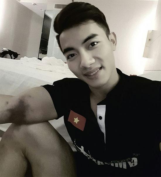 hot-boy-phuoc-hung-ven-ao-de-lo-vet-thuong-o-bap-tay-sau-khi-gianh-huy-chuong-1