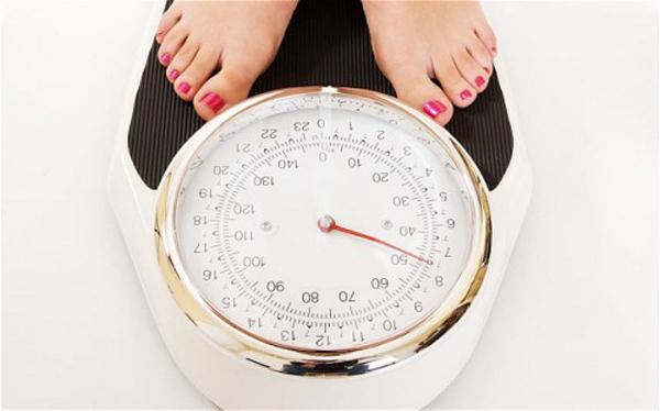 Thường xuyên kiểm tra cân nặng mỗi ngày giúp giảm cân dễ dàng hơn.
