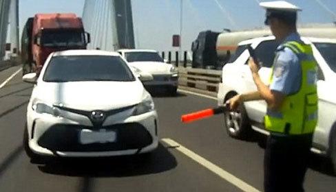 Tài xế Trung Quốc dùng băng vệ sinh che biển xe để tránh phạt nguội