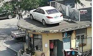 Bị cẩu xế hộp lên nóc nhà vì không chịu trả phí đỗ