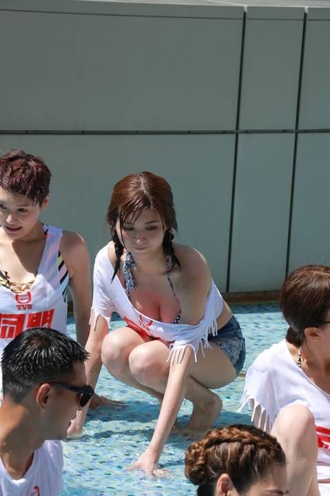 Hôm đầu tuần, đoàn phim Cộng sự tổ chức tuyên truyền cho phim thông qua hoạt động chơi trò chơi dưới nước. Các diễn viên trong trang phục