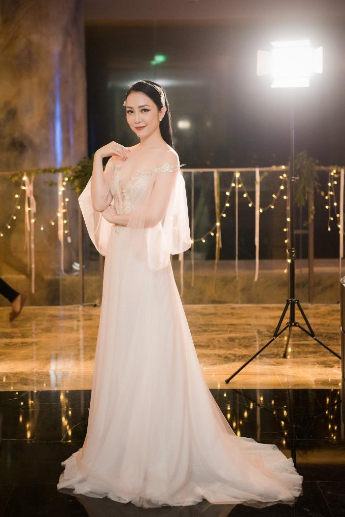 ntk-phuong-linh-ra-mat-bo-suu-tap-ao-cuoi-calla-luxury-3