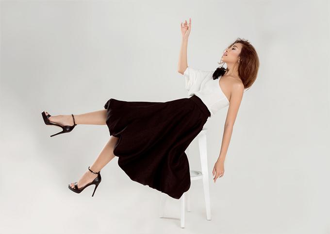 Bộ ảnh được thực hiện với sự hỗ trợ của nhiếp ảnh Huy Nguyễn, stylist Chi Nguyễn, trang điểm