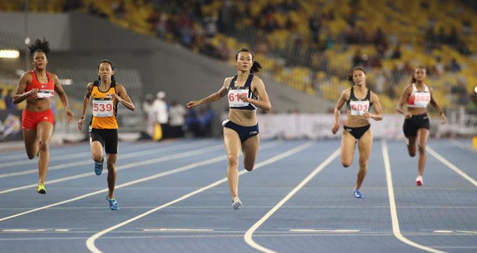 Ở đường chạy chung kết 200m, Lê Tú Chinh khẳng định sức mạnh của nữ hoàng tốc độ Đông Nam Á khi giành HC vàng với thời gian 23 giây 32. HC bạc thuộc về VĐV chủ nhà Malaysia với thành tích 23 giây 64. VĐV Singapore cán đích ở vị trí thứ ba.