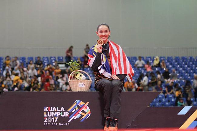hoa-khoi-the-duc-malaysia-nhi-nhanh-tren-buc-huy-chuong