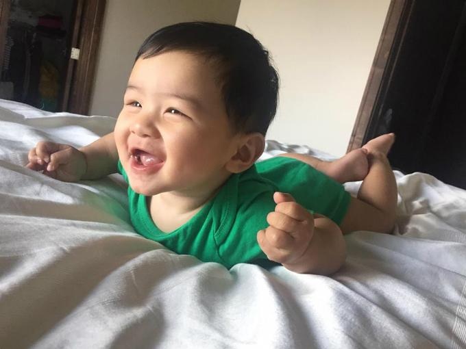 Con trai Đan Trường phải chích 2 nốt vì sốt cao nhưng vẫn cười vui vẻ.