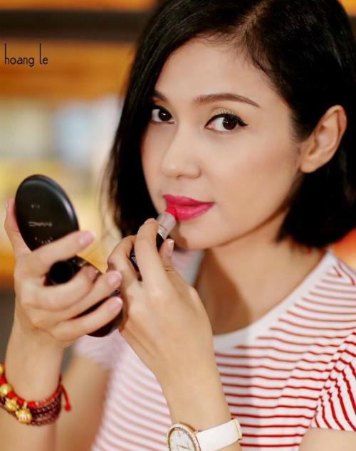 Việt Trinh khiến người xem ngưỡng mộ nhan sắc, dù đã U50 nhưng cô vẫn giữ nhiều nét đẹp thanh xuân.