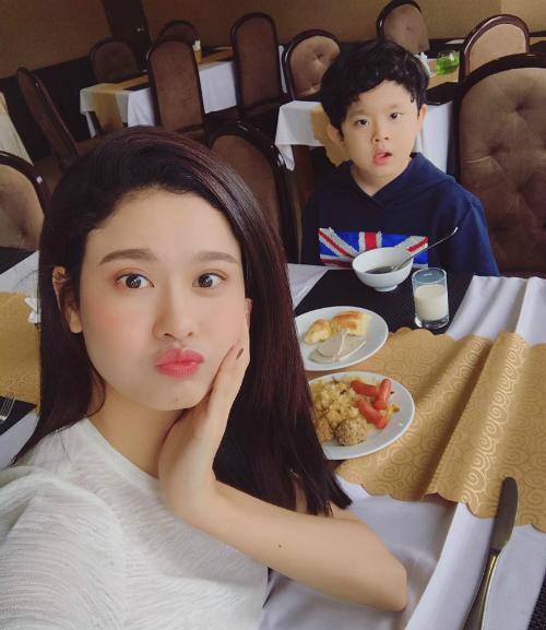 Hai mẹ con Trương Quỳnh Anh thức dậy ở một nơi xa, ăn sáng để chờ ba Tim.