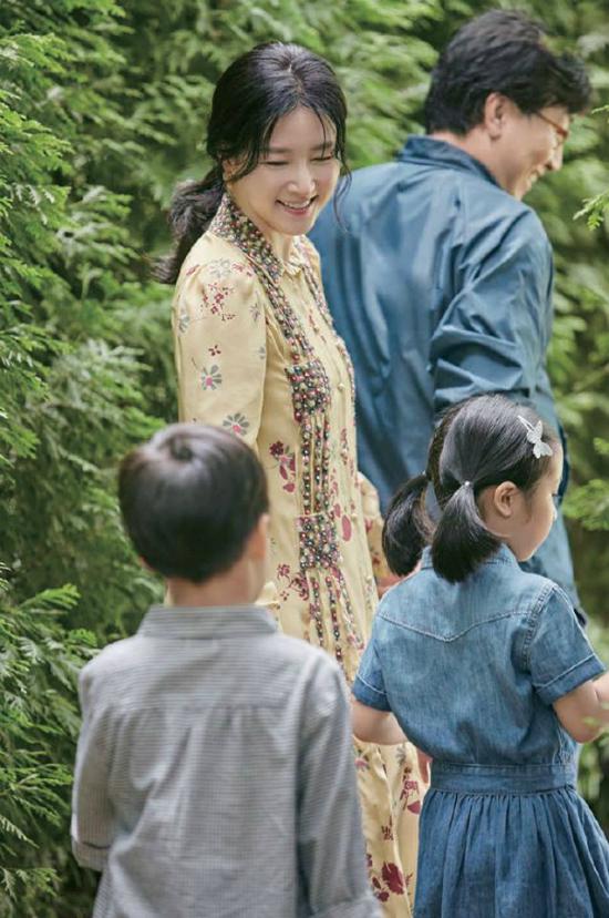 lee-young-ae-binh-yen-ben-chong-va-hai-con-trong-khu-vuon-nha-3