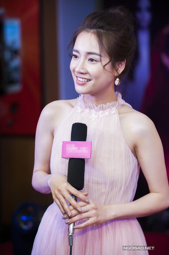 nha-phuong-thoai-mai-treu-choc-ngo-kien-huy-tai-su-kien-ra-mat-phim-1