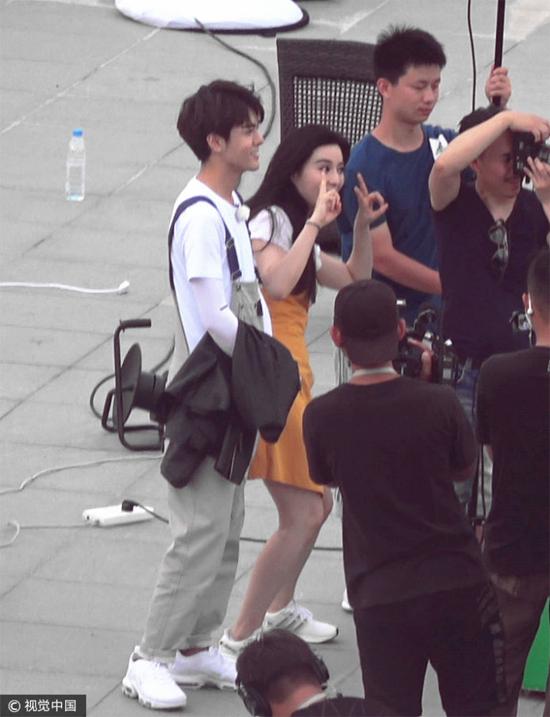 Phạm Băng Băng tham gia một buổi ghi hình ngoài trời hôm 23/8. Diễn viên Võ Tắc Thiên trông rất trẻ trung, xinh đẹp trong bộ đồ