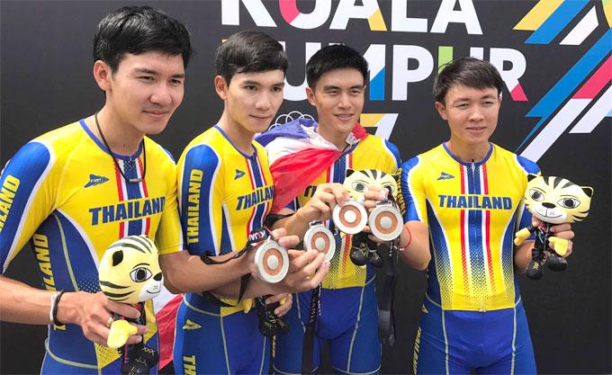4 thành viên của đội đua xe đạp Thái Lan nhận HC bạc nội dung 50km đồng đội tính giờ. Ảnh:Kwamkidhen