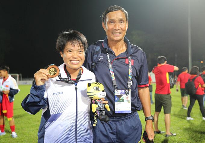 tuyen-nu-mo-hoi-cung-fan-viet-tren-dat-malaysia-2