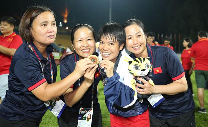 tuyen-nu-mo-hoi-cung-fan-viet-tren-dat-malaysia-4
