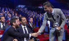 Ramos cười bí hiểm nhìn C. Ronaldo bắt tay Messi
