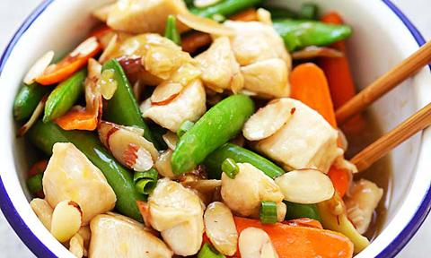 Thịt gà xào rau củ và hạnh nhân