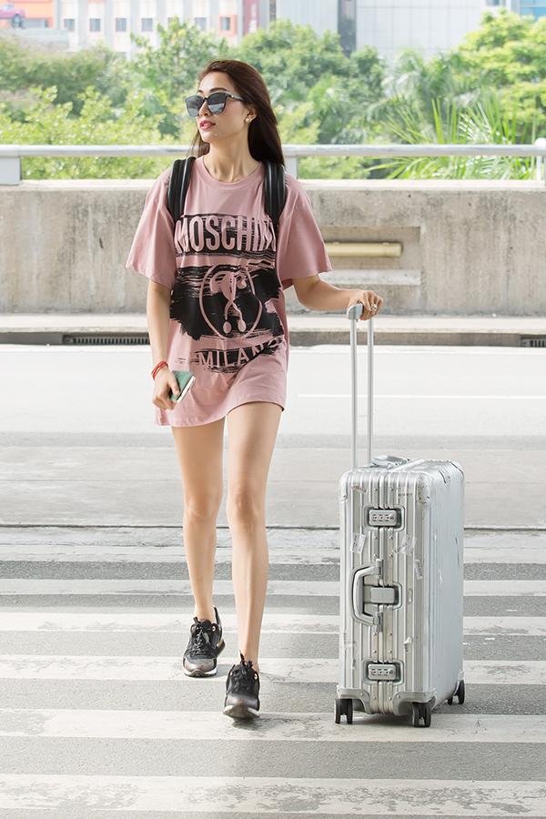 Lệ Hằng cuốn hút mọi ánh nhìn khi diện áo phông overseized với tông màu hồng nâu ngọt ngào. Đây là trang phục nằm trong bộ sưu tập mới của Moschino có giá khá đắt. Người đẹp kết hợp trang phục cùng giày thể thao, ba lô và mắt kính to bản đồng điệu sắc đen.