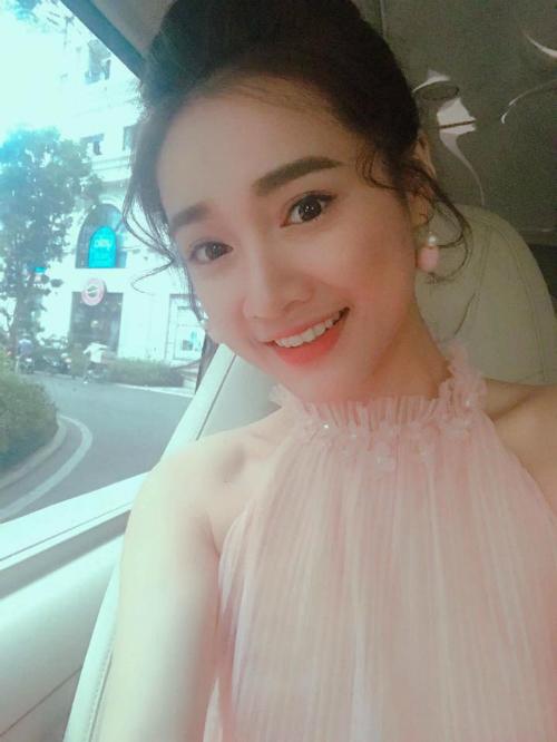 Nhã Phương trang điểm theo phong cách ngọt ngào, dịu dàng trong chuyến đi Hà Nội.